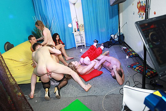 Group-sex-in-dancing-party