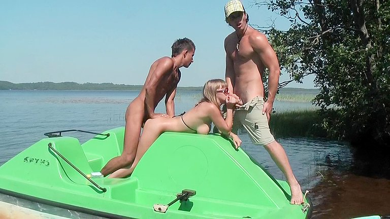 Sexy-girl-in-beach-sex,-low-budget-xxx-video-with-anal