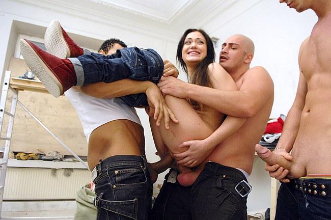 Ce n'est pas si facile de trouver une jeune fille prête à participer à une partouze porno amateur film- si nous apportons juste une fille dans notre appartement et lui laisser aucun choix- fait cel