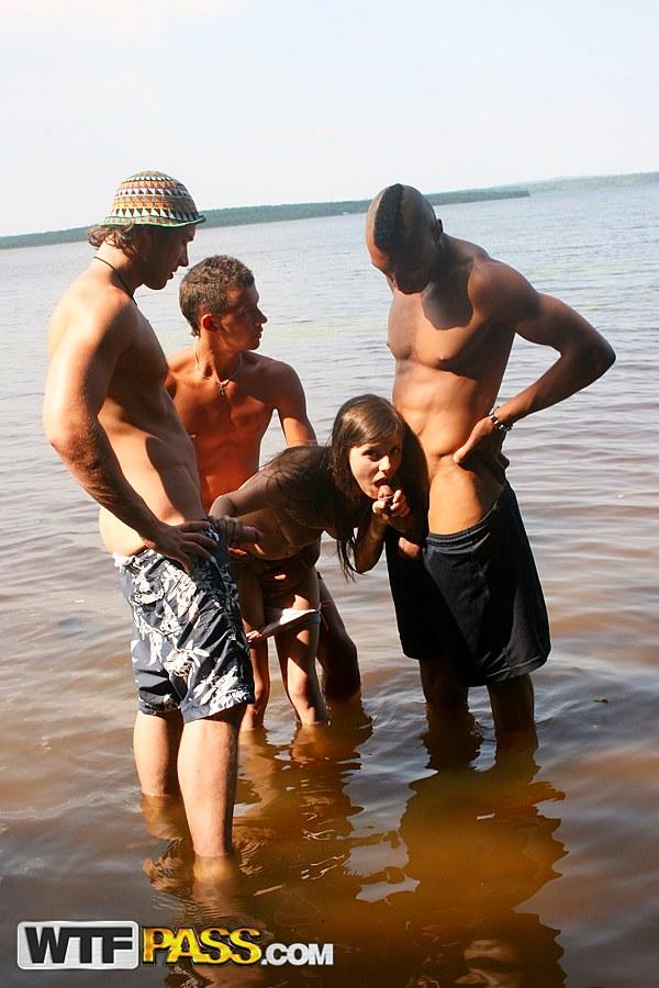 Соблазнительница трех парней у реки