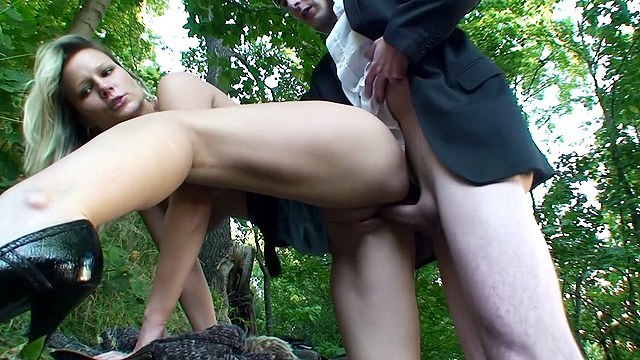Public-sex-with-cute-blonde-in-park,-xxx-video