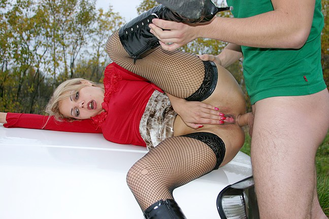Hot-blowjob-in-car-from-sexy-blonde,-xxx-video