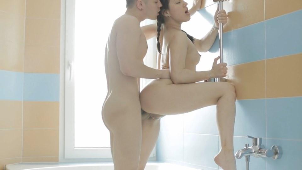 Milování mladého páru v koupelně romantika